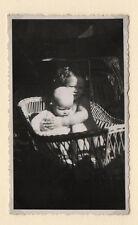PHOTO ANCIENNE Couffin en osier Bébé Vannerie Vers 1930 Pénombre Enfants