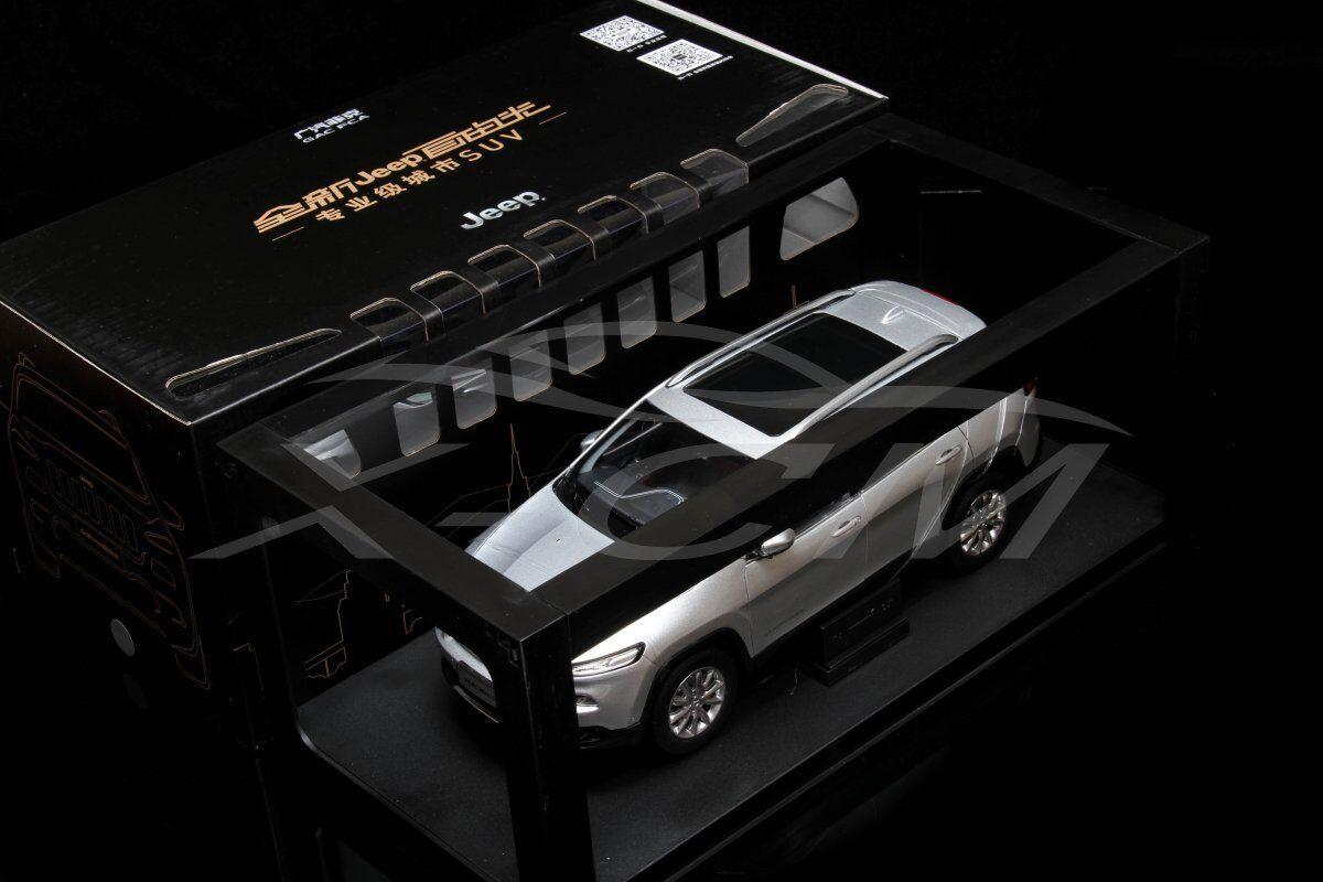 Diecast modèle de voiture tous les nouveaux JEEP CHEROKEE 1 18 (Argent) + eau