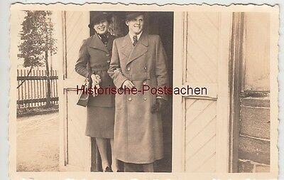 (f13619) Orig. Foto Ostern 1940, Paar Am Hauseingang