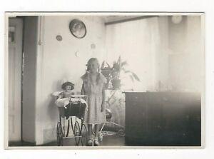 7-354-FOTO-WOHNZIMMER-1928-WANDUHR-KIND-MIT-ZOPFEN-ALTE-PUPPE-PUPPEN-WAGEN