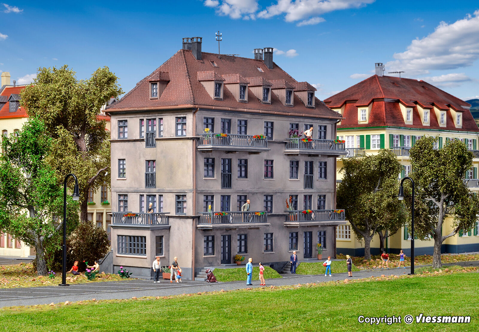 Kibri H0 38357 - Mehrfamilienhaus mit Balkon und Terrasse   Bausatz Neuware  | Clearance Sale