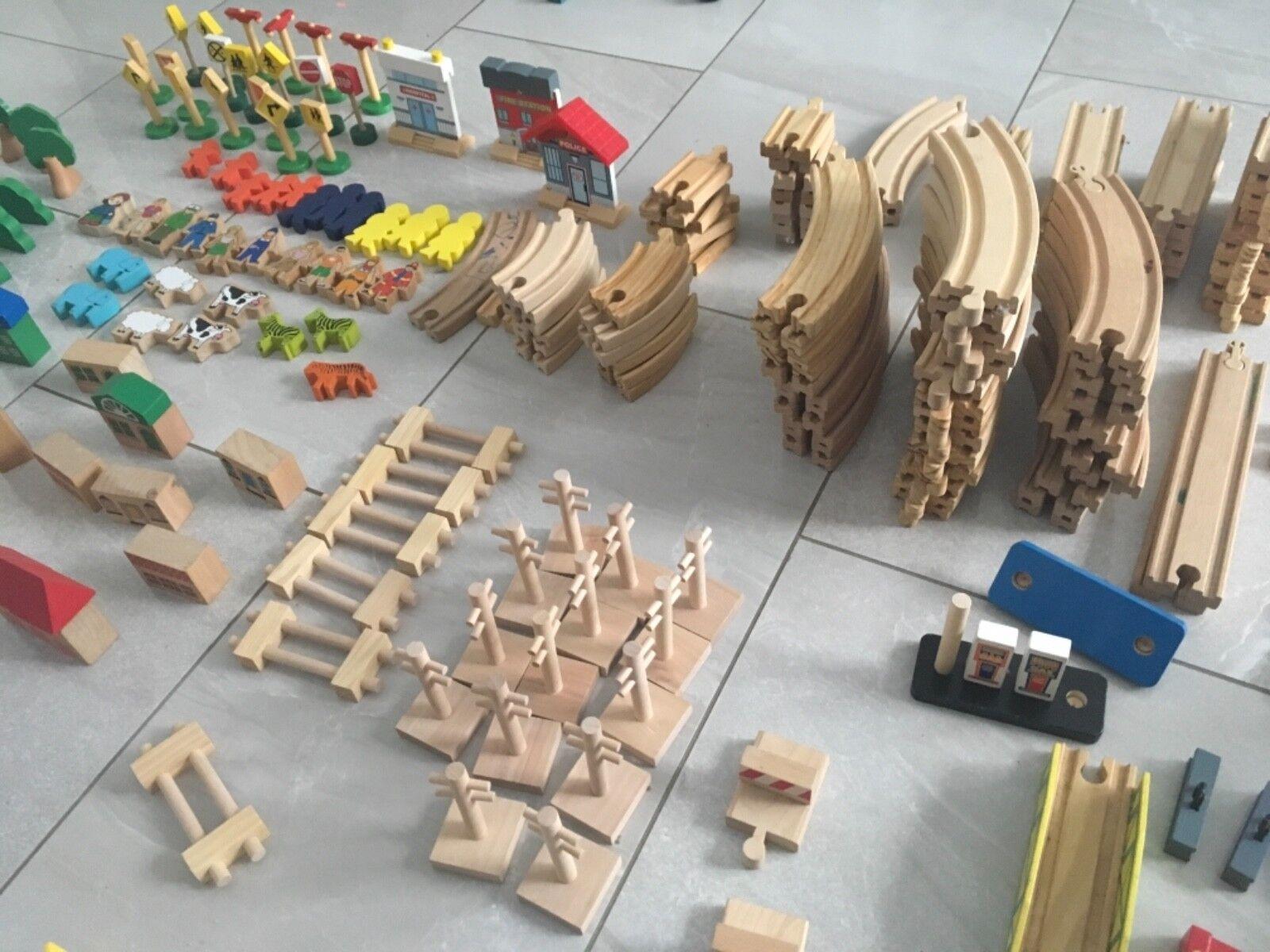 Eine grosse Holzeisenbahn Besteehend aus mehreren Sets