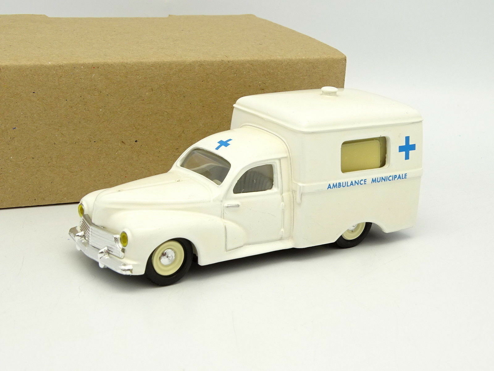 Leader Résine SB 1 43 - Peugeot 203 Fourgon C8 Ambulance
