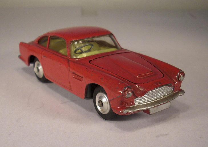 Noël Nouvel An, sortez vous-même CORGI CORGI CORGI toys 218 Aston Martin DB 4 rouge #004   Un Approvisionnement Suffisant    Couleur Rapide    La Construction Rationnelle  c62c0a