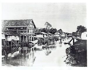 1942-Vintage-Photo-boats-on-river-near-Malayan-Homes-in-Pontianak-Indonesia-WW2