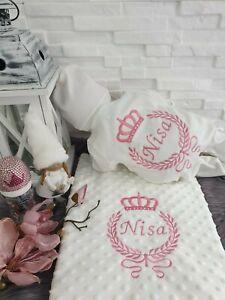 NEU Baby Strampler Decke mit Namen Blau Rosa Gold Silber Mädchen Jungen 50 56