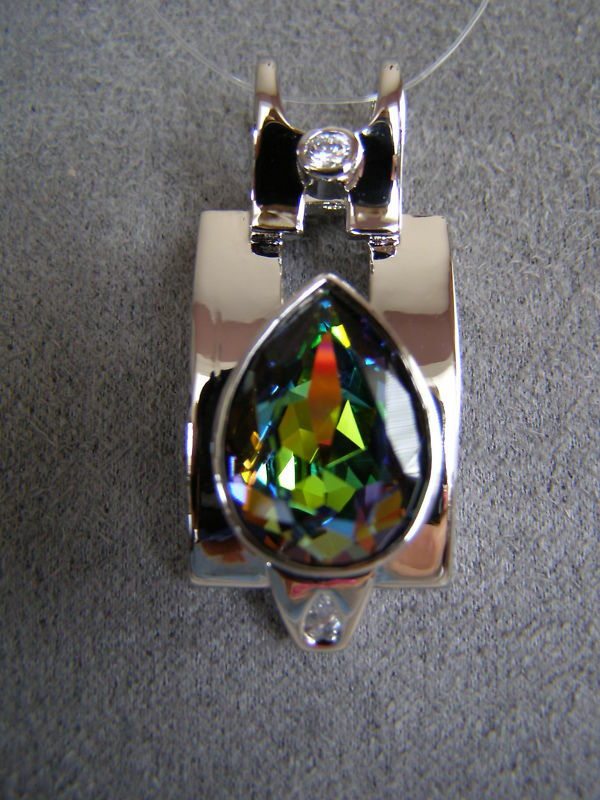 Made with SWAROVSKI   VITRAL MEDIUM   CRYSTAL ELEMENT PENDANT