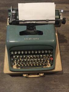 Vintage-OLIVETTI-UNDERWOOD-STUDIO-44-Portable-Typewriter-w-Case-Clean-amp-Working