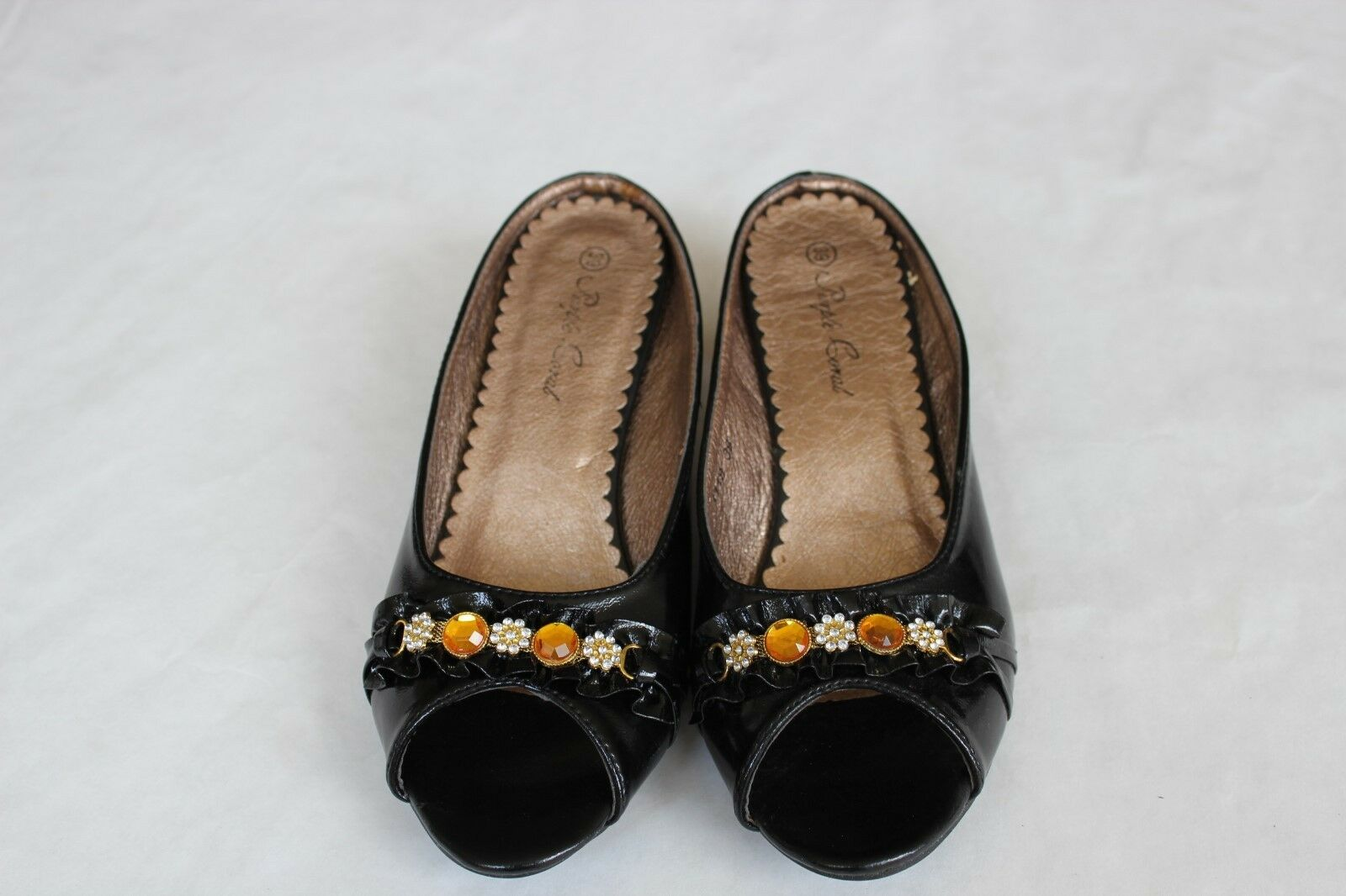 NIB Lady shoes Black Color E23118  Low Heels Size with Buttons   Size Heels 7.5 e64592