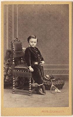 Original 1870er Jahre CDV Junge mit Spielzeug (Ball, Federball) F. LUCKHARDT