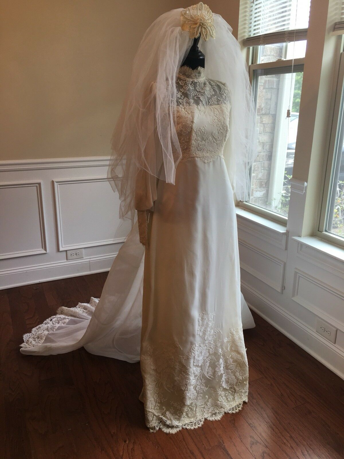 Wedding Dress Gown Complete with Lace, Veil And V… - image 2