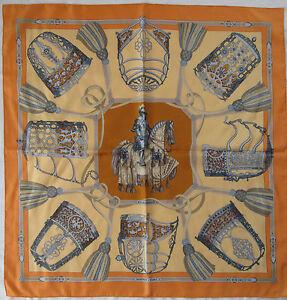 14f068678a6 Superbe Foulard carré HERMÈS