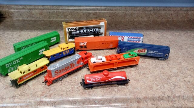 Model Railroad HO Scale 10 Freight Cars and a Santa Fe Diesel Locomotive