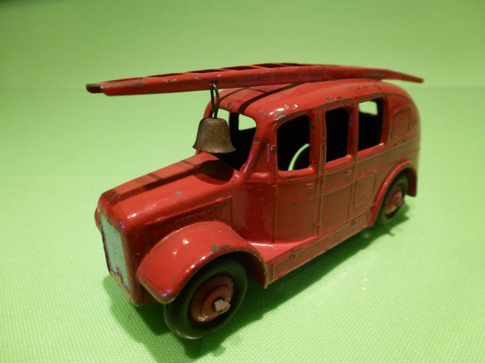 DINKY TOYS 250 STREAM LINED FIRE ENGINE - RED 1 43 - RARE SELTEN -  VERY GOOD