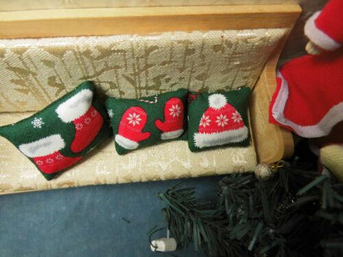 3 verschiedene WEIHNACHTS--KISSEN Puppenstube 1:12,Motiv:Socken,Handschuhe Mütze