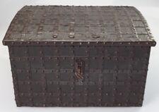 GROßE TRICKSCHATULLE TRUHE LEDERBEZOGEN EISENBESCHLÄGE GEHEIMFACH ORIGINAL 1650