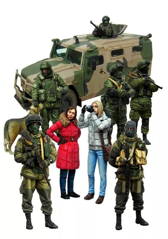 1 35 Scale Resin Model Figures Kit Modern Russian Soldiers and Media (8 Figures)