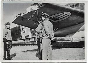 Italienische-Piloten-retten-beschaedigtes-Flugzeug-Orig-Pressephoto-von-1941