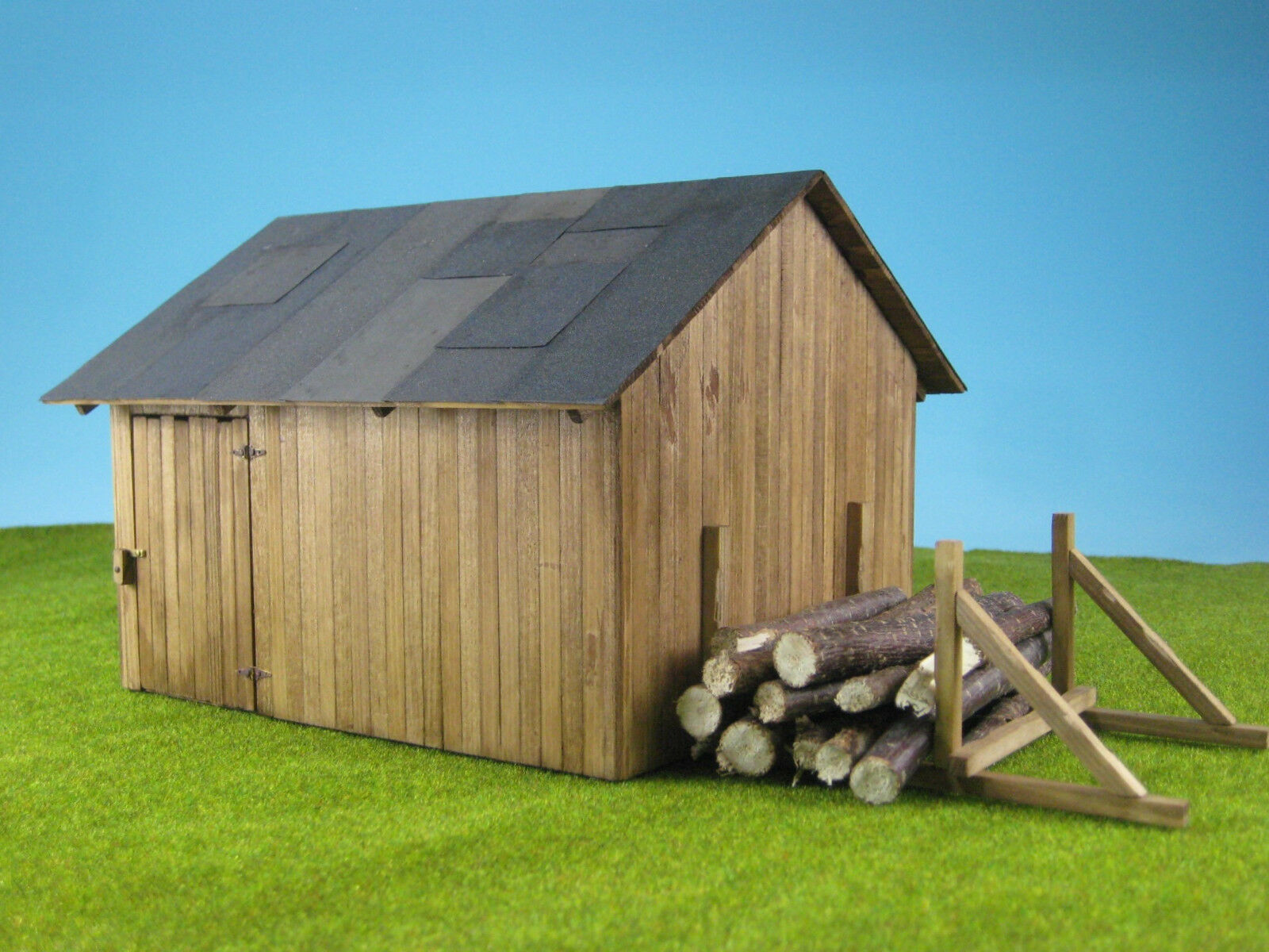 44959-hut with wood storage space in 1 43 Scale (Gauge 0)