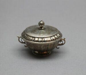 Antike Deckeldose auf kleinem Stand mit zwei seitlichen Henkeln - Silber - S10