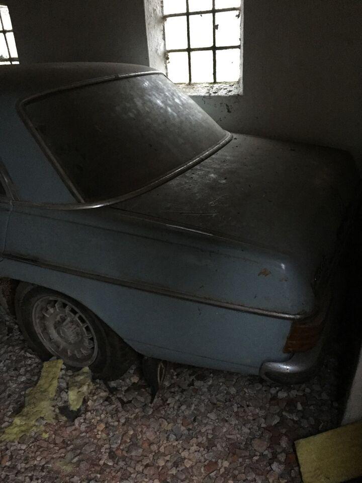 Mercedes 200 2,0 D Diesel modelår 1970 lysblå træk