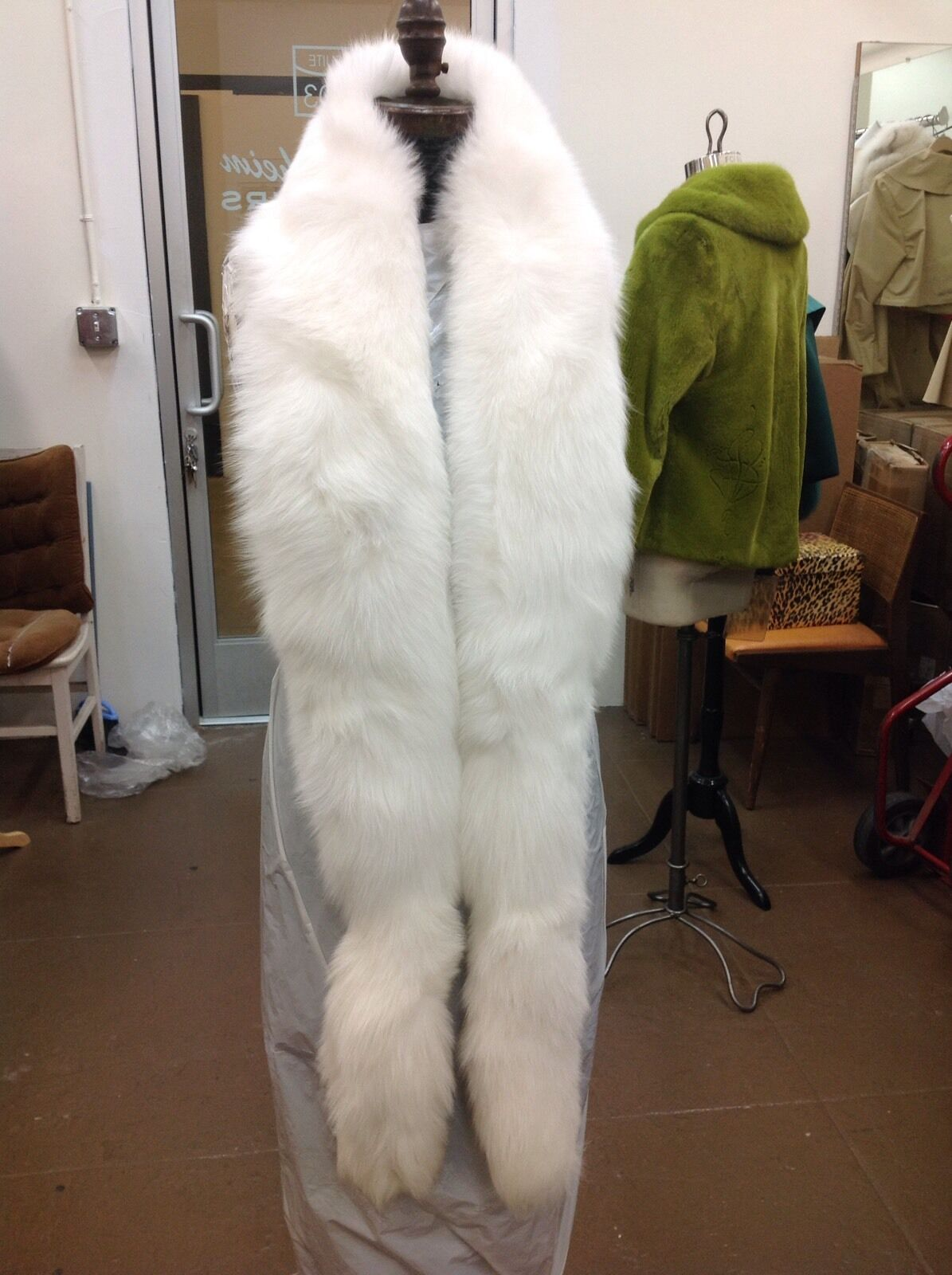 WHITE FOX FULL SKIN SINGLE ROW FLING BOA WRAP STOLE STOLE STOLE TAILS NEW STUNNING ACCESSORY 659c1b