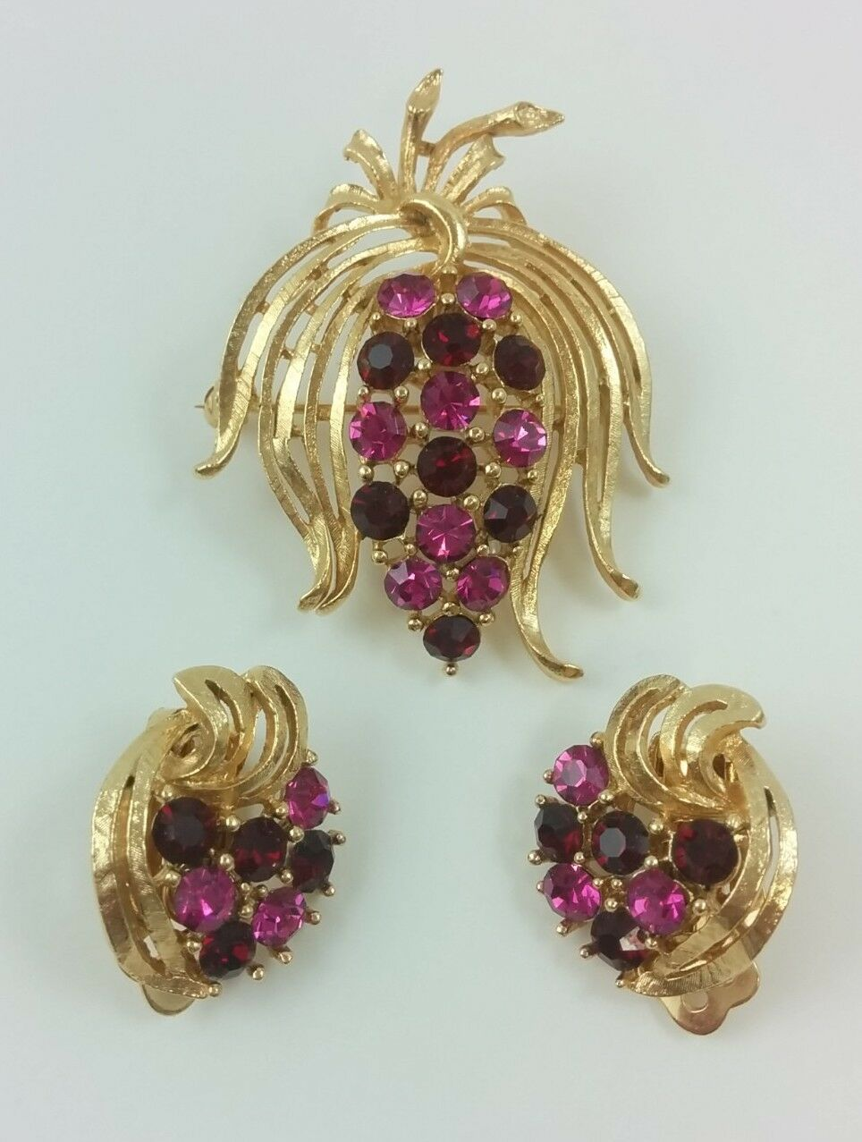 901239a2b Vintage gold Tone Flower Brooch Clip Earrings Set Red Pink Rhinestone  Grapes Pin nwcpys5088-Sets