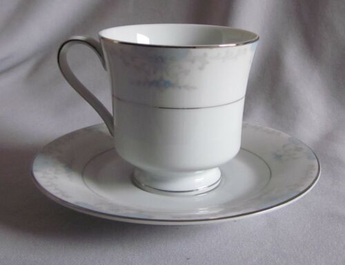 2 Cup /& Saucer Sets Fashion Royale China Heirloom Pattern