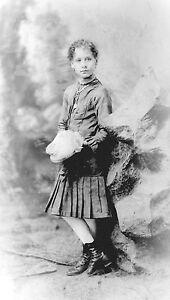 ANTIQUE-8-x-5-GLASS-PHOTO-NEGATIVE-1860-1890-CHILD-HOLDING-SHOES
