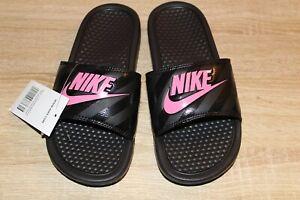 Detalles acerca de Nuevo Para Mujer Nike Benassi JDI Sandalias De  Diapositivas De Impresión Negro/Rosa vivos- mostrar título original