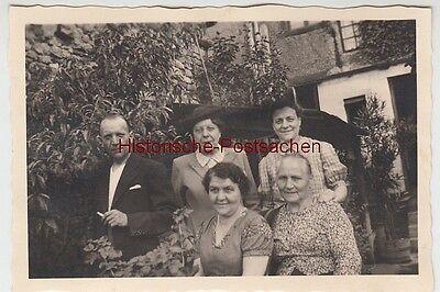 (f11303) Orig. Foto Personen Im Garten, 1943/44 Reinweiß Und LichtdurchläSsig
