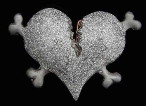 NOVELTY BROKEN HEART BELT BUCKLE WITH CROSSBONES AND SILVER GLITTTER NEW!
