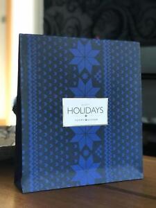 Détails sur Tommy Hilfiger Noël Sac Cadeau Papier Medium 33 x 30 x 7 cm BLEU AUTHENTIQUE NEUF afficher le titre d'origine