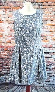 Floral-Skater-Tee-Kleid-Chambray-Blau-weiss-ausgestellt-Taschen-botanische-Plissiert-14