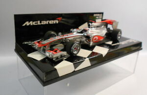 Minichamps-Escala-F1-1-43-530-104301-Vodafone-McLaren-Mercedes-MP4-25-J-boton