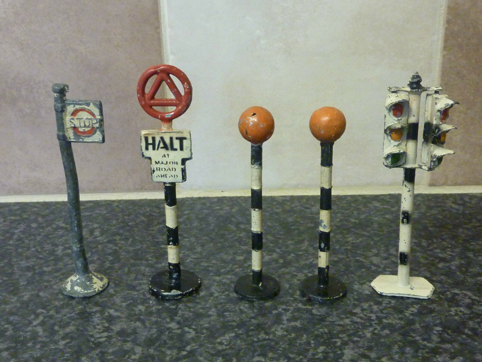 5x VARIOUS VINTAGE LARGE SIZE LEAD TOY SIGNS TRAFFIC LIGHTS, BUS STOP ETC VGC