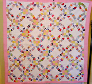 VINTAGE-DOUBLE-WEDDING-RING-QUILT-PINK-BORDERS-NOVELTY-PRINTS-1930S