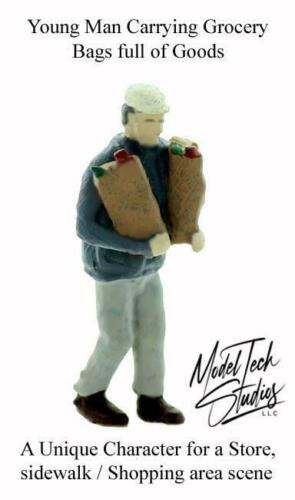 HO scale GROCERY STORE Clerk carrying Grocery Bags Ready Painted 1//87 scale