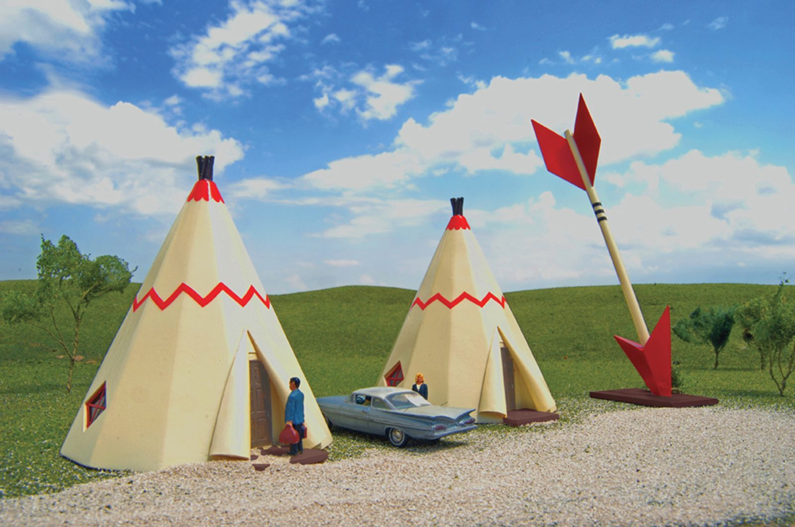 HO-Gauge - Bachmann - Teepee Hotel (2 teepees with arrow)