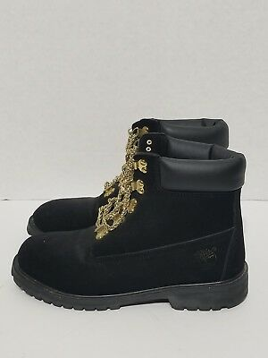 Sanción brazo competencia  all white timberlands with gold chain laces