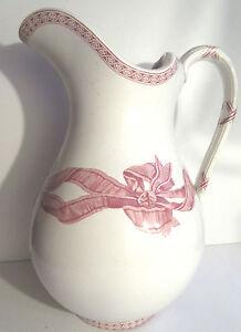 """Grand broc de toilette piriforme, céramique blanche et ruban rose signé Copeland - France - Commentaires du vendeur : """"bon état."""" - France"""