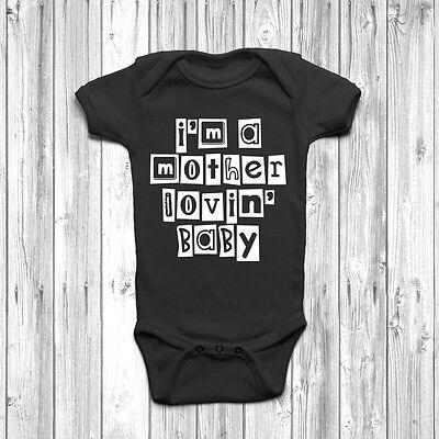 """madre Lovin 'baby' Baby Grow Tuta Gilet Umorismo Cool Regalo Per La Mamma-"