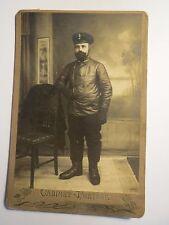 stehender Eisenbahner ? in Uniform mit Lederjacke und Mütze - Flügelrad / KAB