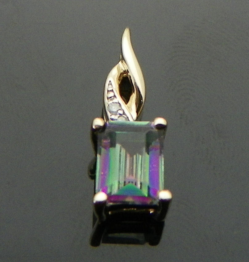MYSTIC TOPAZ SOLITAIRE & ACCENT PENDANT SOLID 10 K gold 1.8 g