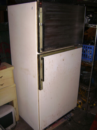 VINTAGE-GE-GENERAL-ELECTRIC-SPIN-OUT-SHELF-FOOT-PEDAL-DOOR-REFRIGERATOR