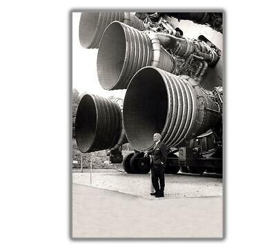 """WERNHER VON BRAUN IN FRONT OF THE APOLLO 11 SATURN V Glossy Photo /""""4 x 6/"""" inch F"""