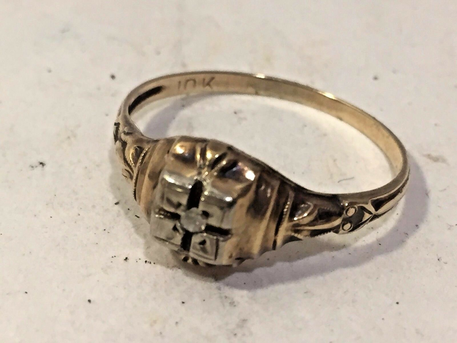 Vtg Womens Solid 10K gold and Small Diamond Ring Size 6
