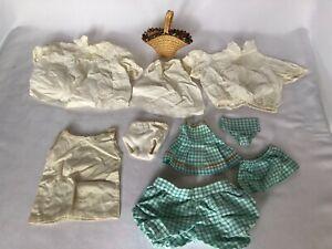 AgréAble Lot De 9 Vetements Anciens Et 1 Sac Osier Pour Poupee Vintage Robes Jupes RafraîChissement