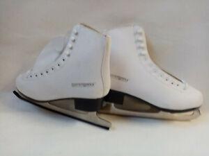 Schlittschuhe weiß als Winterdekoration Deko Schnee Winter Eislaufen