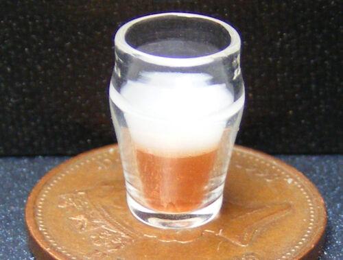 Escala 1:12 medio lleno de cerveza en una bebida tradicional de vidrio tumdee Casa De Muñecas GLA50